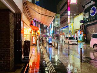 雨の中の狭い通りの写真・画像素材[2314207]