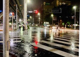 夜の濡れた街の通りの写真・画像素材[2314208]