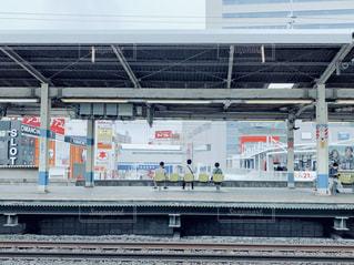 列車は建物の側面に停車するの写真・画像素材[2314212]