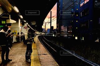駅の隣の歩道を歩く人々のグループの写真・画像素材[2460150]