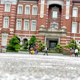 建物の前を歩く人々のグループの写真・画像素材[2460151]