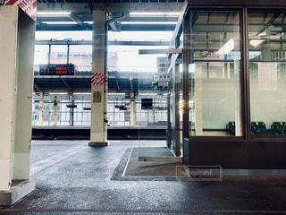 列車は建物の側面に停車するの写真・画像素材[2460158]