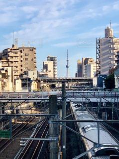 都市の線路上の列車の写真・画像素材[3079460]