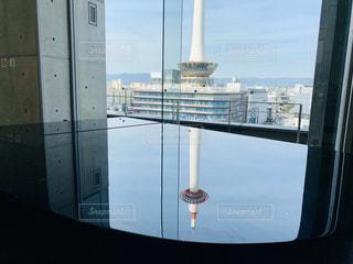 ピアノに写り込んだ京都タワーの写真・画像素材[3081054]