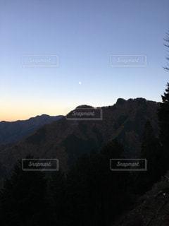 夕刻前の秩父の山並み。月が小さく感じます。の写真・画像素材[2117807]