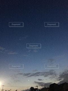 夕闇。月が控え目です。の写真・画像素材[2178230]