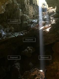 洞窟に差し込む一筋の光の写真・画像素材[2102467]