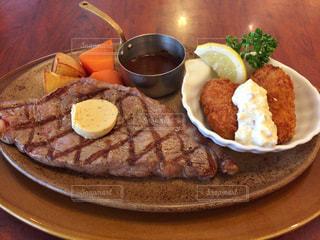 ステーキと牡蠣フライのセットの写真・画像素材[2302323]