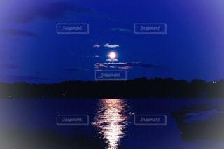 湖に映る月の写真・画像素材[2600318]