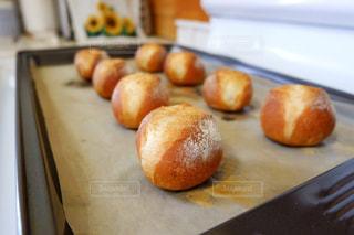出来たてのミニフランスパンのアップの写真・画像素材[3138879]