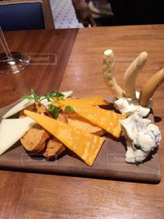 おしゃれなチーズの盛り合わせの写真・画像素材[2099417]