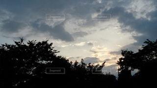 曇り空の合間の晴れの写真・画像素材[2309396]