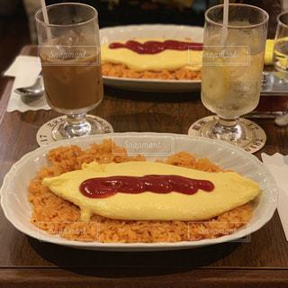 食卓の上に食べ物の皿とビールのグラスの写真・画像素材[2101827]