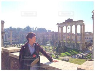 イタリアの景色を眺める日本人の写真・画像素材[2104332]