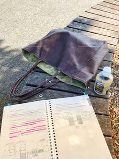 公園で勉強の写真・画像素材[2115227]