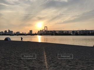 水の体に沈む夕日の写真・画像素材[2184299]