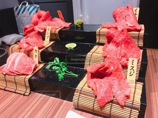 木製のテーブルの上に座っているピンクのテディベアの写真・画像素材[2187455]