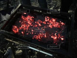暗闇の中の炭火の写真・画像素材[2100084]