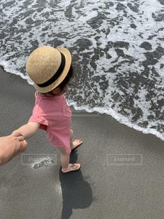 波打ち際の小さな女の子の写真・画像素材[2100642]