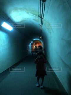 トンネルでカメラを構える少女の写真・画像素材[2101020]