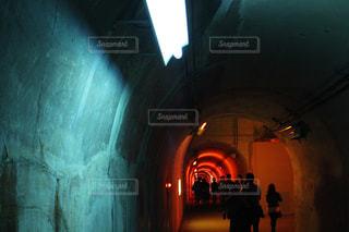 赤く光るトンネルの写真・画像素材[2101022]