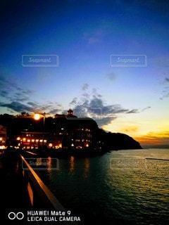 日の入りの江ノ島の写真・画像素材[2109301]