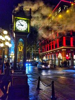 夜にライトアップした時計台の写真・画像素材[2128660]