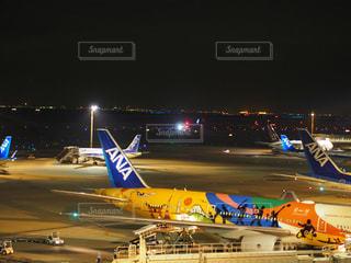 空港で待機中の飛行機の写真・画像素材[2103938]