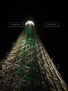 夜にライトアップしたスカイツリーの写真・画像素材[2104051]