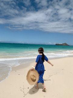 浜辺を走っている少女の写真・画像素材[2102499]