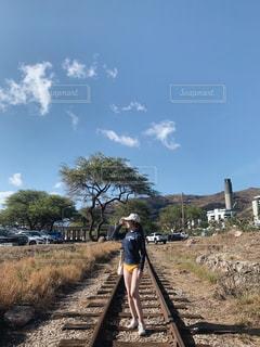 廃線に立っている人の写真・画像素材[2103099]