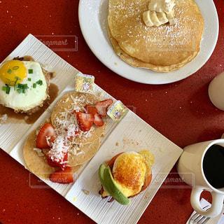 食べ物の皿とコーヒー1杯の写真・画像素材[2103128]