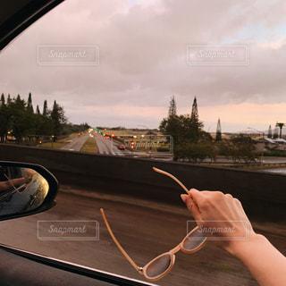 鏡で自分撮りをする人の写真・画像素材[2103465]