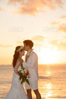 水域の隣に立っているカップルの写真・画像素材[2108013]