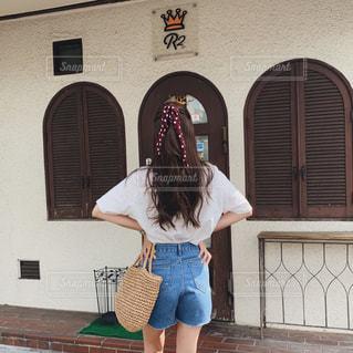 建物の前に立っている人の写真・画像素材[2261663]