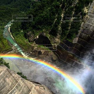 ダムの虹の写真・画像素材[2103168]