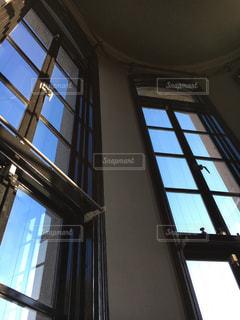 高さのある洋窓の写真・画像素材[2103151]