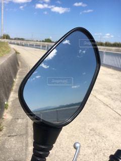 青空の映り込みの写真・画像素材[2104420]