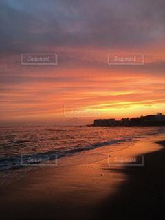 水の体に沈む夕日の写真・画像素材[2112943]