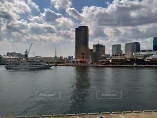 背景に都市がある大きな水域の写真・画像素材[2112623]