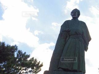 木の横に立っている男の写真・画像素材[2126495]