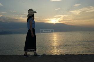 夕陽にたそがれる少女の写真・画像素材[2120954]