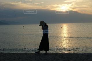 砂浜の少女の写真・画像素材[2120955]