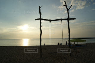 浜辺のブランコの写真・画像素材[2214684]