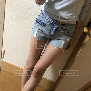 ショートパンツ 女性の写真・画像素材[2105387]