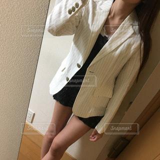 鏡の前にいる女性の写真・画像素材[2121170]