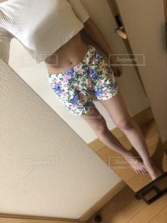 鏡の前に立っている女性の写真・画像素材[2126903]