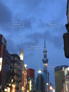 高い建物の前の街路の眺めの写真・画像素材[2321900]