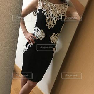 黒いドレスを着た女性の写真・画像素材[2457892]