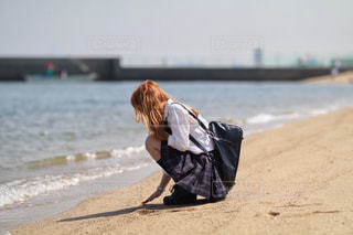 砂浜と制服の写真・画像素材[2162625]